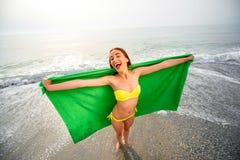Женщина в зеленом полотенце на пляже Стоковые Фотографии RF