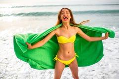 Женщина в зеленом полотенце на пляже Стоковая Фотография RF