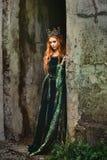 Женщина в зеленом средневековом платье Стоковые Изображения RF