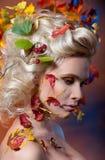 Женщина в изображении осени стоковые изображения