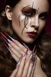Женщина в изображении паука с творческим составом искусства и длинными ногтями Дизайн маникюра, сторона красоты Стоковая Фотография