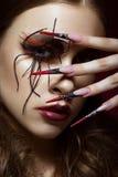 Женщина в изображении паука с творческим составом искусства и длинными ногтями Дизайн маникюра, сторона красоты Стоковые Изображения RF