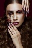 Женщина в изображении паука с творческим составом искусства и длинными ногтями Дизайн маникюра, сторона красоты Стоковые Изображения