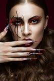 Женщина в изображении паука с творческим составом искусства и длинными ногтями Дизайн маникюра, сторона красоты Стоковое фото RF