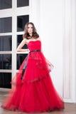 Женщина в длинном красном платье в студии Способ Стоковые Изображения RF