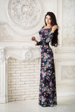 Женщина в длинном макси платье в студии Стоковая Фотография RF