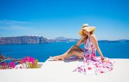 женщина в длинных макси платье и шляпе Стоковые Изображения RF