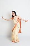Женщина в индийских танцах платья сари Стоковая Фотография RF