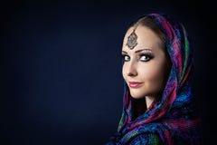 Женщина в индийском шарфе стоковые фотографии rf