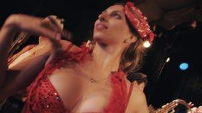 Женщина в кабаре креветки моря тематическом красном костюмирует танцы на смешной сцене труппы видеоматериал