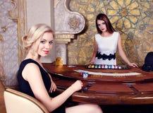 Женщина в казино сидя на таблице покера Стоковые Фотографии RF
