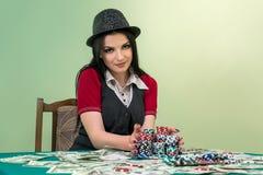женщина в казино собирая ее джэкпот стоковая фотография rf