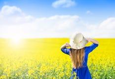 Женщина в канола поле Стоковые Фото
