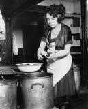 Женщина в картошках шелушения кухни (все показанные люди более длинные живущие и никакое имущество не существует Гарантии поставщ Стоковая Фотография RF
