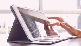 Женщина в кафе прочитала фондовую биржу новостей акции видеоматериалы