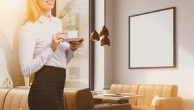 Женщина в кафе с плакатом иллюстрация вектора