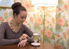 Женщина в кафе с latte стоковое фото rf