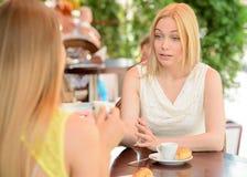 Женщина в кафе Стоковые Изображения