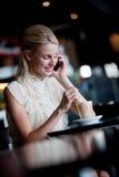 Женщина в кафе стоковое фото rf