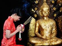 Женщина в китайском платье моля на виске Стоковые Фотографии RF