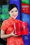 Женщина в китайском платье получая подарок Стоковая Фотография RF