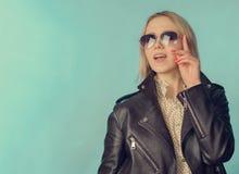 Женщина в кожаной куртке в ретро стиле стоковое фото