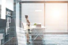 Женщина в комнате с видом на город стоковые фото