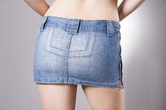 Женщина в конце юбки джинсов вверх Красивые женские бедра и батокс Стоковые Фотографии RF