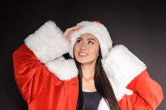 Женщина в костюме и купальнике santa стоковое фото rf