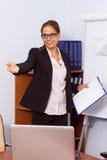 Женщина в костюме с доской сзажимом для бумаги в руке Стоковые Изображения RF