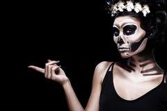 Женщина в костюме хеллоуина Frida Kahlo с космосом экземпляра Состав скелета или черепа Стоковые Фотографии RF