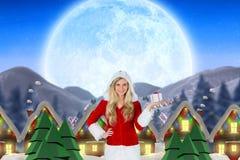 Женщина в костюме santa держа подарок рождества Стоковое Изображение RF