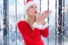 Женщина в костюме santa дуя мнимый снег шелушится Стоковая Фотография