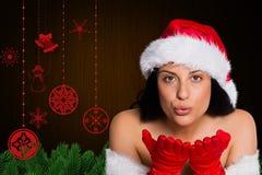 Женщина в костюме santa дуя поцелуй Стоковое Изображение RF