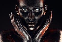 Женщина в краске с руками вокруг стороны Стоковая Фотография RF