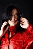 Женщина в красной кожаной куртке. стоковые фото