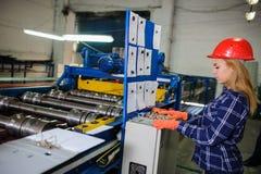 Женщина в красной работе шлема безопасности как промышленный работник Стоковое Фото