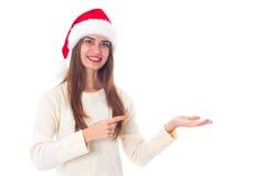 Женщина в красной шляпе рождества держа что-то Стоковая Фотография