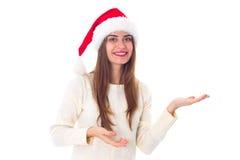 Женщина в красной шляпе рождества держа что-то Стоковые Фотографии RF