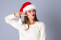 Женщина в красной шляпе рождества показывая мир Стоковые Фото