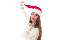 Женщина в красной шляпе рождества посылая поцелуй воздуха Стоковая Фотография