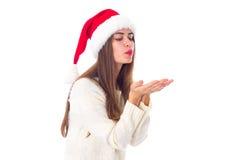 Женщина в красной шляпе рождества посылая поцелуй воздуха Стоковое Фото