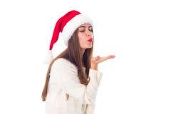 Женщина в красной шляпе рождества посылая поцелуй воздуха Стоковое Изображение RF