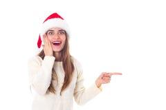 Женщина в красной шляпе рождества указывая на что-то Стоковые Фотографии RF