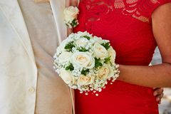 Женщина в красном букете свадьбы удерживания платья стоковое фото rf