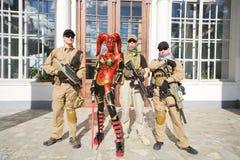 Женщина в красном костюме Jedi и солдат стоковые изображения
