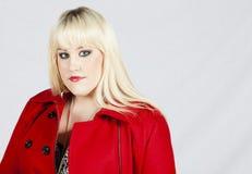 Женщина в красном пальто Стоковое Изображение RF