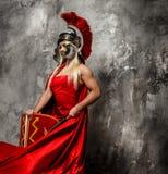 Женщина в красном порхая платье стоковые изображения rf