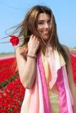 Женщина в красном поле тюльпана Стоковые Фото