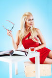 Женщина в красном платье держа кассету Стоковые Фото